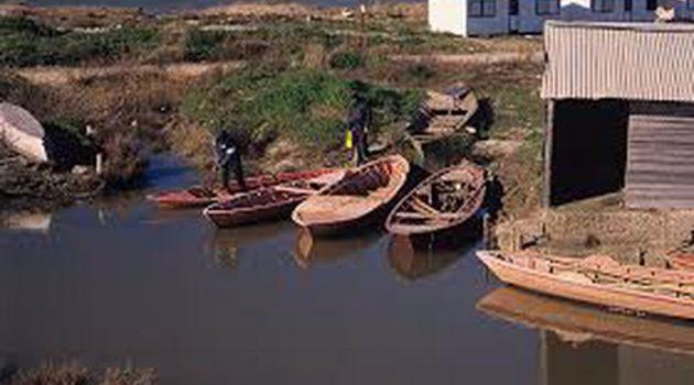 Μεσολόγγι: Η άμπωτη έβγαλε τις βάρκες στη στεριά  (Video – Photos)