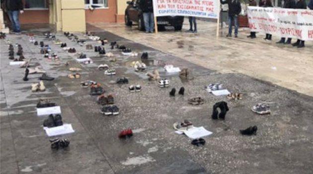 Πρωτότυπη διαμαρτυρία στην Κρήτη: «Πλημμύρισε» παπούτσια πλατεία στο Ηράκλειο (Photos)