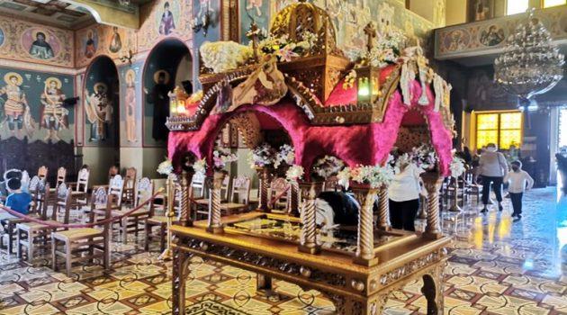 Ιερός Ναός Αγίου Χριστοφόρου Αγρινίου: Ο Στολισμός του Επιταφίου (Photos)