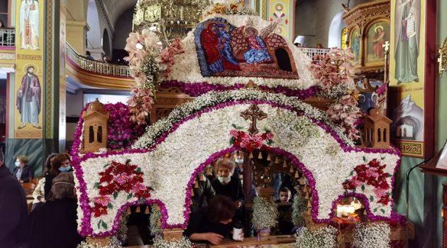 Ιερός Ναός Αγίας Τριάδος Αγρινίου: Ο Στολισμός του Επιταφίου (Photos)