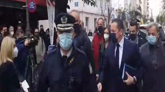 Πάτρα: Με διαμαρτυρίες υποδέχθηκαν τον Πέτσα έξω από το Δημαρχείο (Photos – Video)