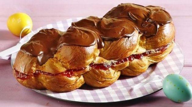 Τσουρέκι γεμιστό με μαρμελάδα φράουλα και μπισκότο