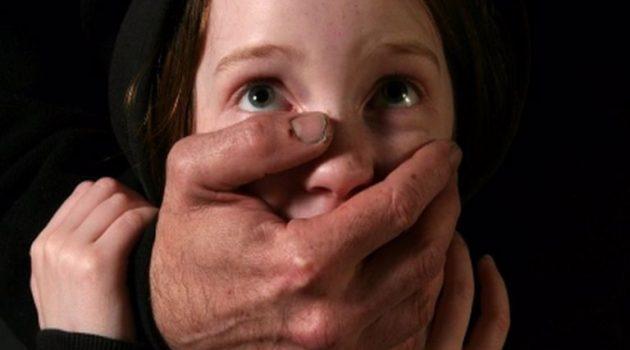 Σοκ: Δάσκαλος συνελήφθη για παρενόχληση 9χρονων μαθητριών του (Video)