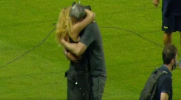 Αγρίνιο – Γήπεδο Παναιτωλικού: Η αγκαλιά της Μαστροκώστα στον Δέλλα (Video)