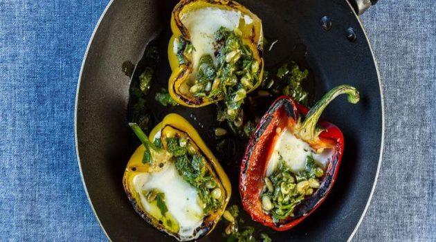 Πιπεριές με μοτσαρέλα, τσίλι και κουκουνάρι
