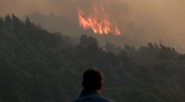 Καίει το… σύμπαν η φωτιά στο Σχίνο – Εκκενώνονται οικισμοί