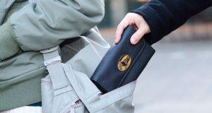 Μεσολόγγι: Ανήλικος έκλεψε από τσάντα γυναίκας χρήματα και έγγραφα