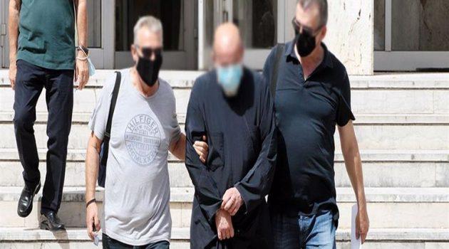 Εντόπισαν 19χρονη κρυμμένη σε ντουλάπα οι αστυνομικοί στο κοινόβιο του ιερέα