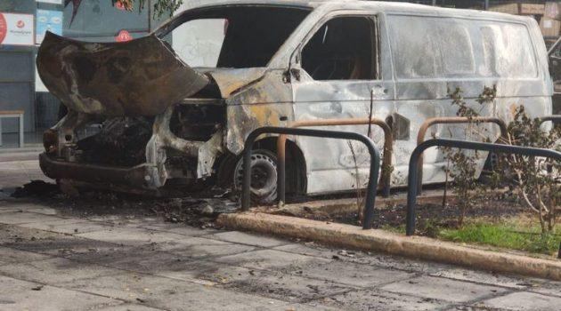 Κυψέλη: Εμπρηστική επίθεση σε εταιρεία ταχυμεταφορών – Κάηκαν ολοσχερώς οχήματα