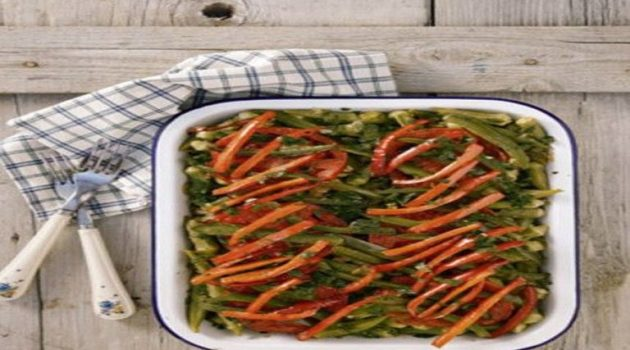 Μπάµιες φούρνου µε ροδέλες ντοµάτας και πιπεριές
