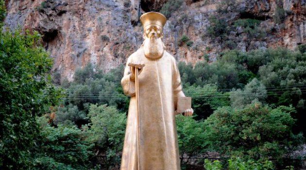 Έβαψαν χρυσό το άγαλμα του Κοσμά του Αιτωλού στην Κλεισούρα (Photos)