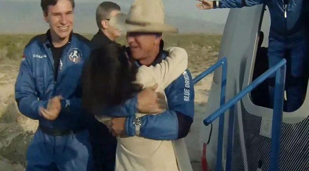 Ο Τζεφ Μπέζος ταξίδεψε με πύραυλο στο διάστημα για 10 λεπτά (Video – Photos)