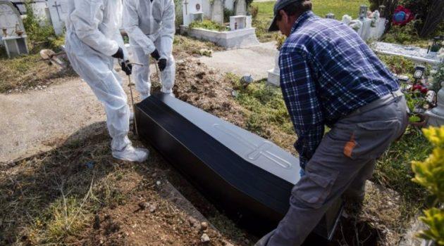 Εύβοια: Ιερέας άνοιξε φέρετρο 77χρονου που πέθανε από Covid-19 (Video)