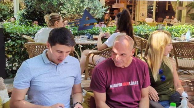 Αγρίνιο: Χαλαρό καφεδάκι για Γ. Βαρουφάκη και Δανάη Στράτου με φίλους του ΜέΡΑ25 (Photos)