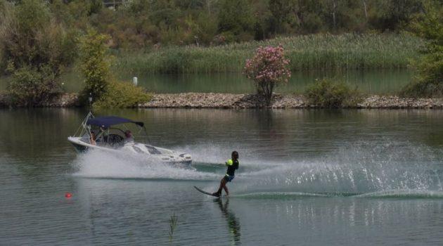 Λίμνη Στράτου: Σε εξέλιξη οι αγώνες Θαλάσσιου Σκι (Photos)