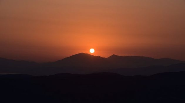 Σημερινό ηλιοβασίλεμα από τον Βλοχό με φόντο τα Ακαρνανικά Όρη (Photos)