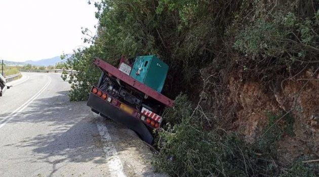 Αμφιλοχία: Εκτροπή φορτηγού κοντά στη Στάνο – Στο Νοσοκομείο ο οδηγός (Video – Photos)