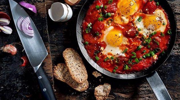 Αβγά μάτια με πικάντικη σάλτσα φούρνου από ντοματίνια