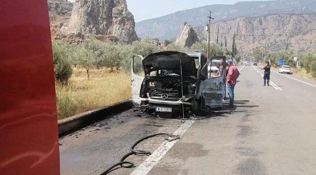 Φορτηγό πήρε φωτιά στην Ε.Ο. Άμφισσας- Ιτέας (Photos)