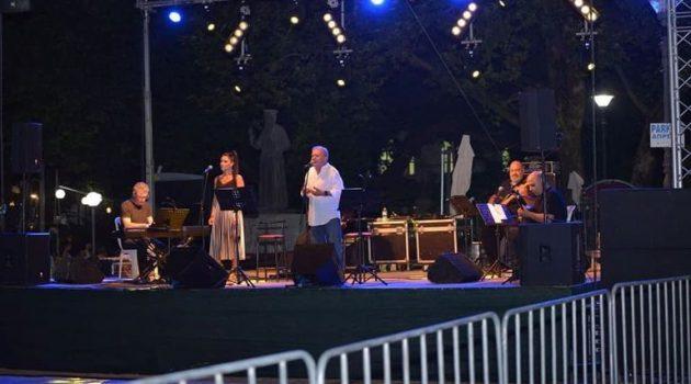 Θέρμο: Σπουδαία συναυλία του Μανώλη Μητσιά στο κέντρο της πόλης (Photos)