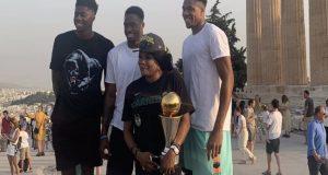 Στην Ακρόπολη με το τρόπαιο του Πρωταθλητή NBA η οικογένεια…