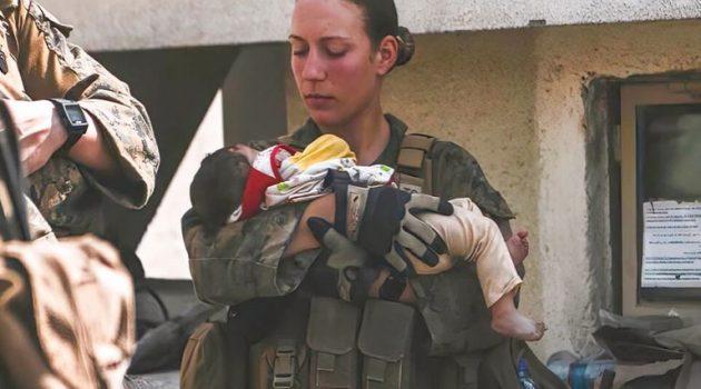 Αφγανιστάν: Συγκινεί η φωτογραφία 23χρονης πεζοναύτη αγκαλιά με ένα μωρό λίγο πριν πεθάνει