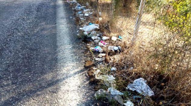 Σκουπίδια… παντού στην Επαρχιακή Οδό Αγρινίου – Θέρμου (Photos)