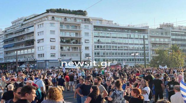 Σύνταγμα: Πλήθος διαδηλωτών στη συγκέντρωση κατά της υποχρεωτικότητας του εμβολιασμού