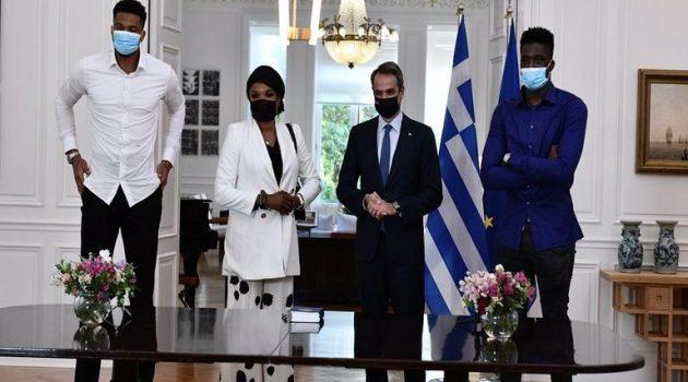 Στο Προεδρικό Μέγαρο η οικογένεια Αντετοκούνμπο – «Νιώθαμε πάντα Έλληνες»