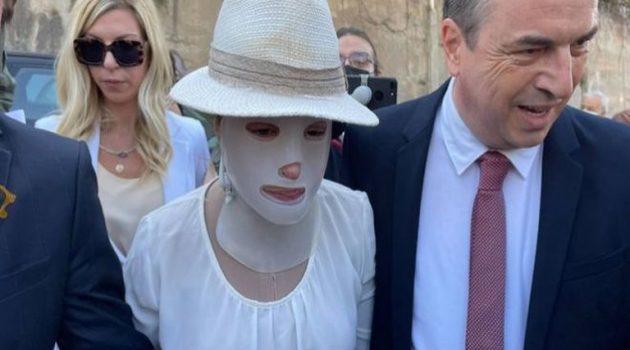 Η γενναία Αμφιλοχιώτισσα Ιωάννα έφτασε στο δικαστήριο – Συγκλονιστικές εικόνες (Video)