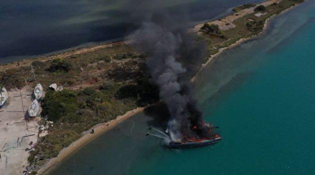Λευκάδα: Ολοσχερής η καταστροφή στο σκάφος που πήρε φωτιά (Video – Photos)