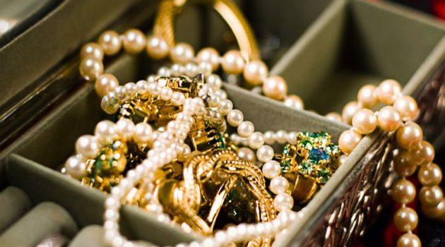 Κλοπή χρυσαφικών σε κατάστημα και συλλήψεις στο Αγρίνιο