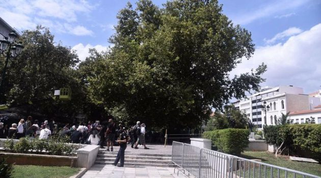 Μίκης Θεοδωράκης: Ξεκίνησε στη Μητρόπολη το λαϊκό προσκύνημα (Photos)
