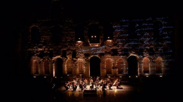«Μάγεψε» το αθηναϊκό θεατρόφιλο κοινό η Μόνικα Μπελούτσι ως Μαρία Κάλλας (Video – Photos)