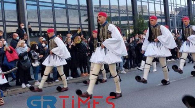 Μεγάλη συγκίνηση στην Ελληνική Παρέλαση της… Στουτγκάρδης (Videos)