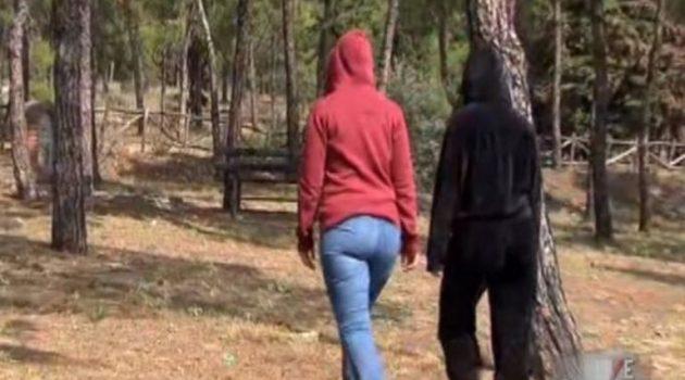 Η Ιωάννα Παλιοσπύρου στο πλευρό των δύο κακοποιημένων κοριτσιών