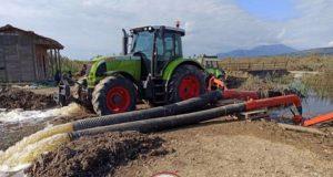 Οι αγρότες του Λεσινίου αποστραγγίζουν τον κάμπο μόνοι τους (Video)