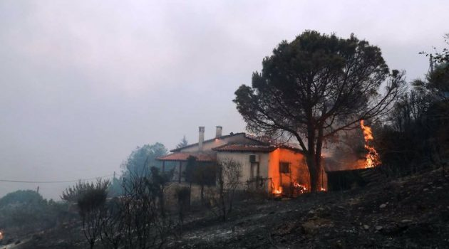Φωτιά τώρα στη Ναυπακτία – Καίγονται σπίτια
