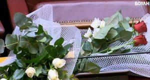 Φώφη Γεννηματά: Λουλούδια στο έδρανό της και ενός λεπτού σιγή…
